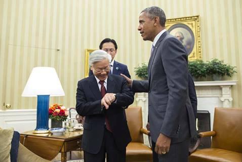 Tổng thống Obama và Tổng Bí thư Nguyễn Phú Trọng cùng nhìn đồng hồ sau cuộc hội đàm kéo dài hơn dự kiến hàng chục phút