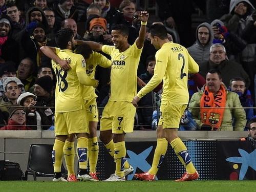 Cố nhân Dos Santos (9) chia vui cùng đồng đội sau khi dẫn bàn