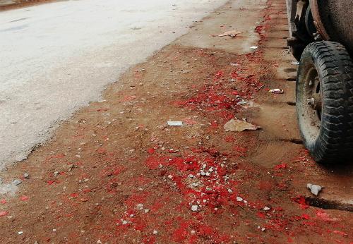 Nhiều ngõ phố tại phường Hải Yến, thuộc thị xã Quảng Yên, còn hồng nguyên xác pháo. Ảnh: Giang Chinh.