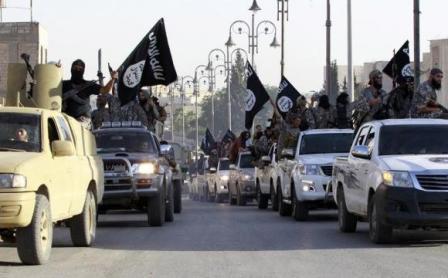 Quân đội IS trên đường phố Syria. Ảnh: Reuters
