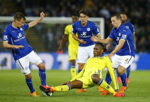 Didier Drogba ghi bàn dù bị phủ vậy bởi các hậu vệ Leicester
