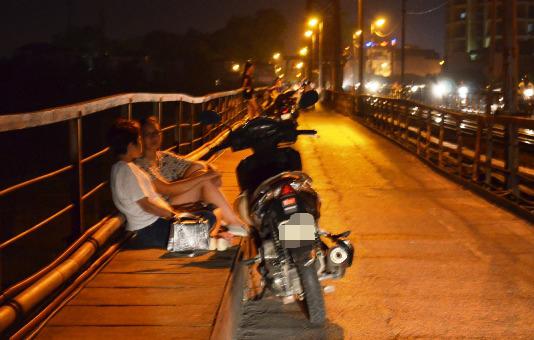 Nhiệt độ đêm 38 độ C, dân Hà Nội lên cầu Long Biên ngủ trốn nóng