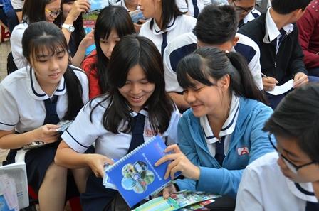 Từ sáng sớm học sinh các trường THPT Mạc Đĩnh Chi, Phú Lâm, Phan Bội Châu, Nguyễn Tất Thành... đã đến tham dự chương trình