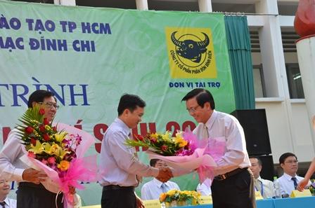 Ông Nguyễn Văn Tín tặng hoa cho đơn vị tài trợ và đơn vị phối hợp tổ chức