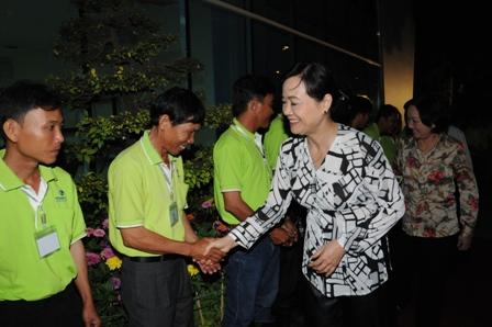 Bà Nguyễn Thị Quyết Tâm bắt tay công nhân