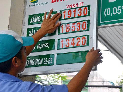 Giá xăng RON 92 được điều chỉnh giảm 768 đồng/lít vào chiều 19-8 Ảnh: TẤN THẠNH