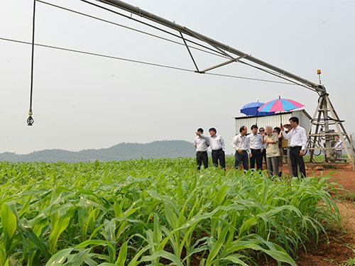 Nguyên Phó Thủ tướng Nguyễn Công Tạn (thứ hai từ phải qua) và đoàn cán bộ Bộ Nông nghiệp - Phát triển nông thôn thăm trang trại của Tập đoàn TH. (Ảnh tư liệu của Tập đoàn TH)