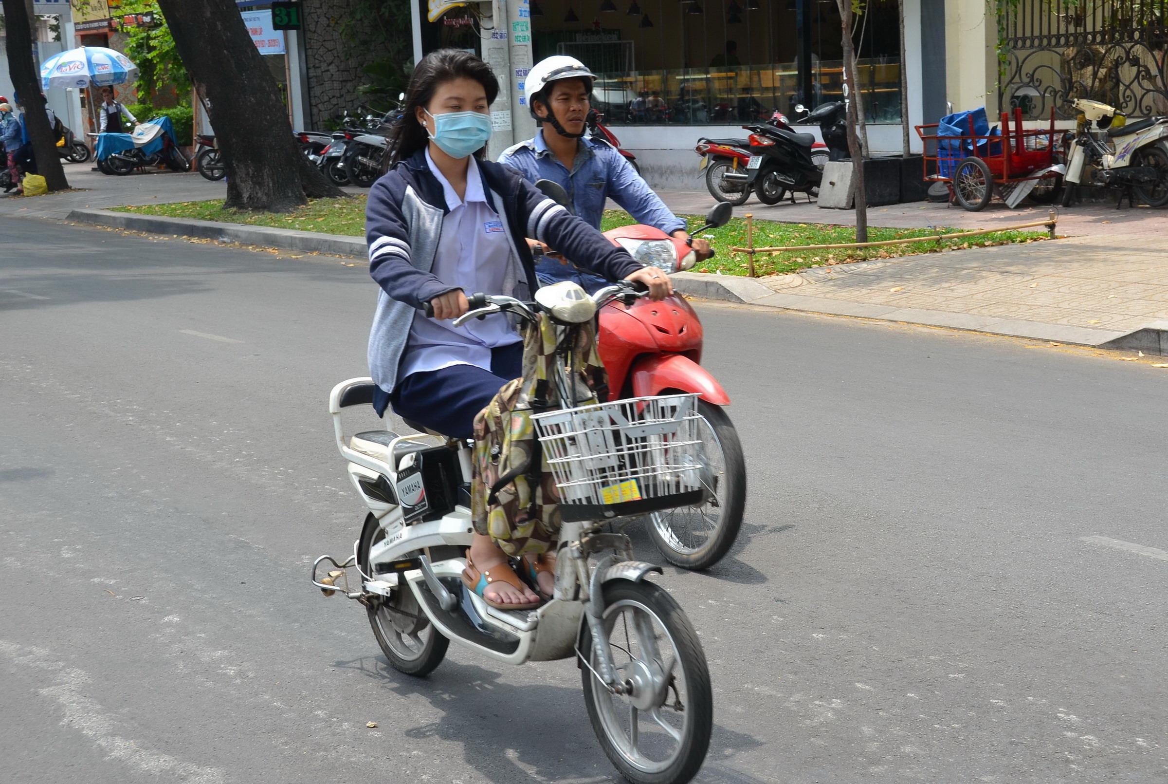 Học sinh phải đội MBH khi đi xe đạp điện