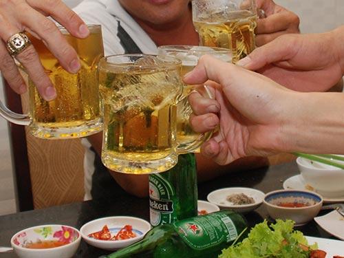Bộ trưởng Đinh La Thăng nghiêm cấm cán bộ, công chức, viên chức, người lao động tại các cơ quan, tổ chức, đơn vị trực thuộc Bộ GTVT sử dụng rượu bia trước và trong giờ làm việcẢnh: TẤN THẠNH
