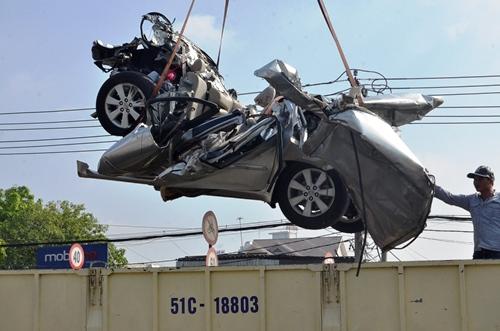 Lực lượng chức năng đưa xe về công an