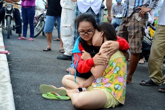 Người thân khóc ngất bên thi thể bà Hòe