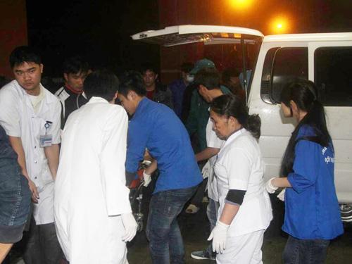 Các sinh viên Trường Cao đẳng Y Hà Tĩnh hỗ trợ các y bác sĩ Bệnh viện đa khoa tỉnh Hà Tĩnh đưa các nạn nhân vụ sập giàn giáo Formosa vào phòng cấp cứu