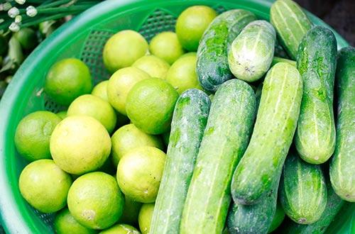 Chanh và dưa leo nằm trong số những rau củ quả có tác dụng trừ hôi, giải khát Ảnh: Hoàng Triều