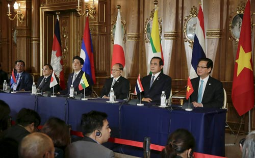 Thủ tướng Nguyễn Tấn Dũng (bìa phải) trong cuộc họp báo ngày 4-7 tại Hội nghị Cấp cao Mekong -  sNhật Bản lần thứ 7 Ảnh: REUTERS