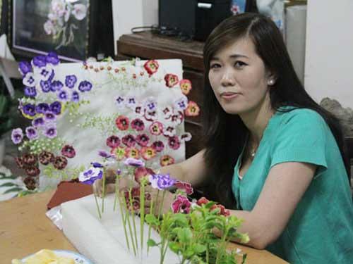 Chị Vân và những đóa hoa được làm từ đất sét