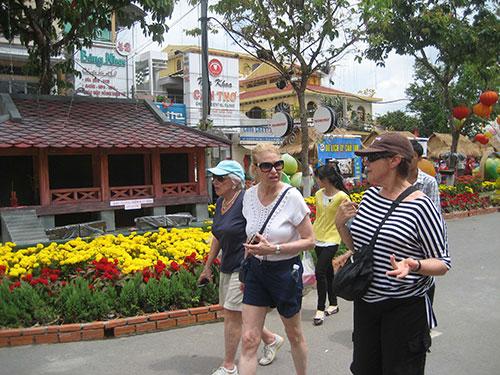 Khách nước ngoài tham quan đường hoa ở TP Cần Thơ trong những ngày Tết