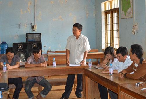 Ông Dương Văn Châu (đứng) đọc bản kiểm điểm và thừa nhận  sử dụng bằng giả