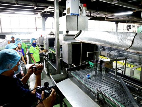 Công ty Tân Hiệp Phát cho rằng nếu chai có dị vật sẽ bị máy loại ra