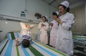 Hình ảnh cậu bé 4 tuổi mất cả hai chân nhảy trên giường bệnh khiến nhiều người suy nghĩ. Ảnh: China Daily
