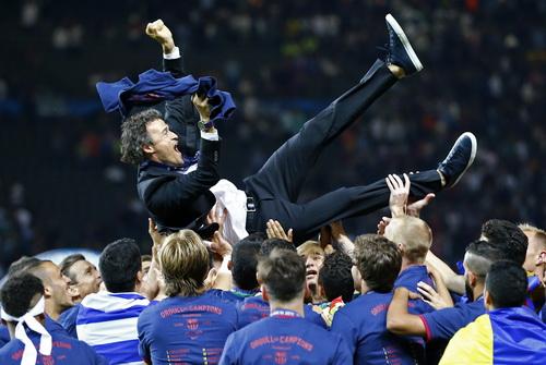 Barcelona tôn vinh HLV của mình sau cú ăn ba