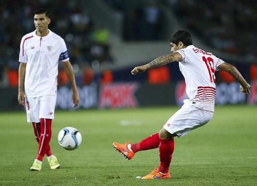 Ever Banega và Antonio Reyes (trái) cùng lập công cho Sevilla