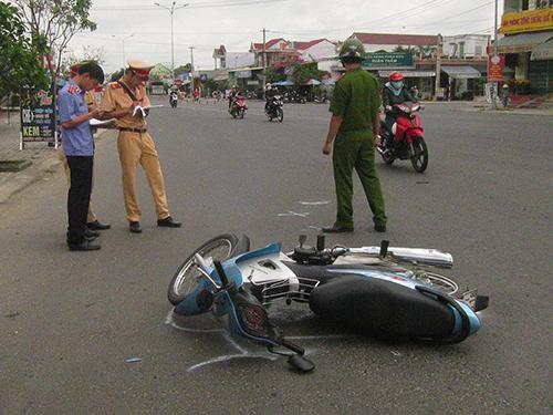 Chiếc xe máy gặp nạn nằm giữa ngã ba Hương An