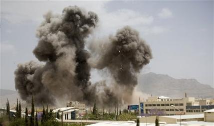 Khói bốc lên từ khu vực bị liên minh Ả Rập công kích hôm 8-4. Ảnh: AP
