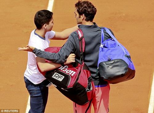 Federer phiền lòng khi bị lôi kéo chụp hình tận giữa sân đấu