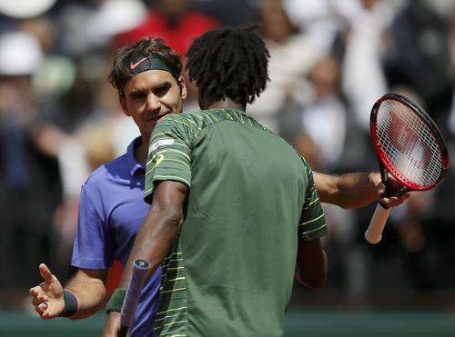 Tay vợt chủ nhà monfils (phải) rời cuộc chơi