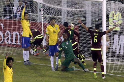Fedor (7) ghi bàn rút ngắn cách biệt còn 1-2 cho Venezuela