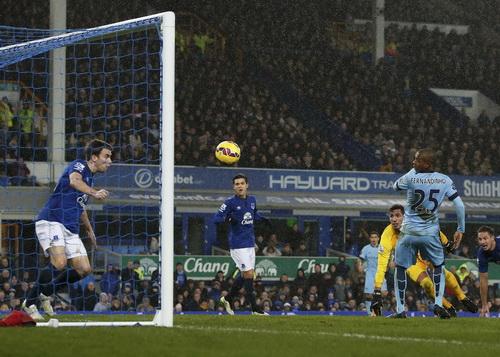 Fernandinho mở tỉ số cho Man City tại sân Goodison Park
