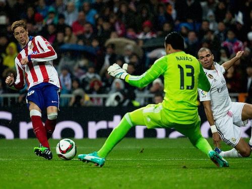 Đến lượt Pepe bất lực nhìn Torres sút hạ Keylor Navas đầu hiệp hai
