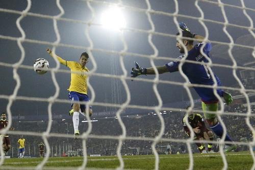 Pha ghi bàn đẹp mắt của Firmino