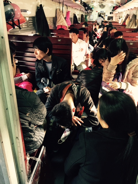 Nhưng khi đến ga thứ 3 trong hành trình (ga Gia Lâm), khách lên tàu rất đông. Lối đi chật cứng người ngồi ghế phụ ở cả hai đầu toa xe