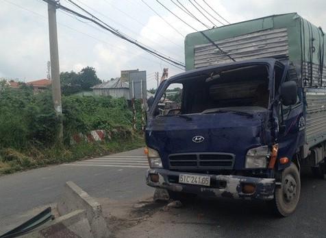 Một chiếc xe tải tông văng khối bê-tông dải phân cách