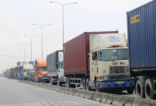 Dòng xe đầu kéo container, xe tải ùn ứ trên Quốc lộ 1 do bị ảnh hưởng từ vụ tai nạn