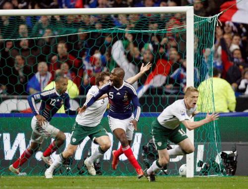 Gallas và Henry vui mừng sau bàn thắng ma