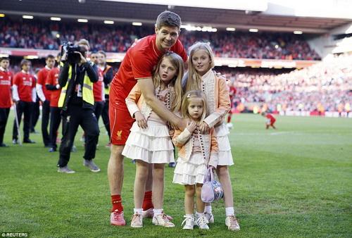 Cùng các con gái vẫy chào người hâm mộ trên sân Anfield