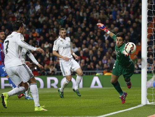 Ronaldo (7) trong một pha hãm thành Levante