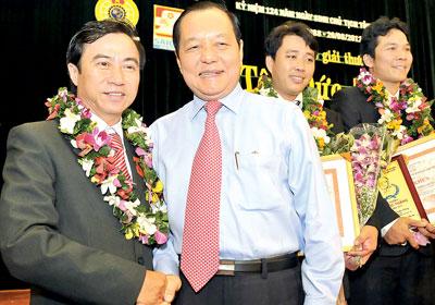 Ông Lê Thanh Hải, Ủy viên Bộ Chính trị, Bí thư Thành ùy TP HCM, chúc mừng các cá nhân đạt giải Tôn Đúc Thắng