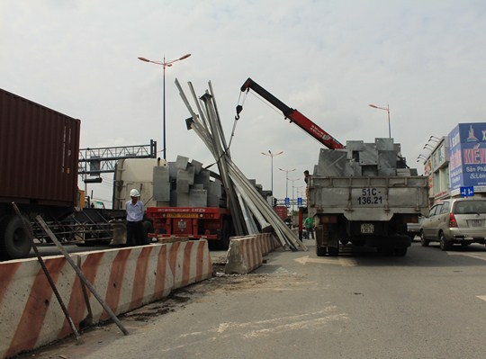 Các thanh sắt nặng hàng tấn bất ngờ ập xuống đường khiến nhiều người hoảng loạn