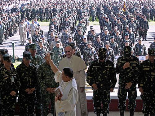 Binh sĩ Philippines tham gia chiến dịch bảo vệ an ninh cho chuyến thăm sắp tới của Giáo hoàng Francis Ảnh: Reuters
