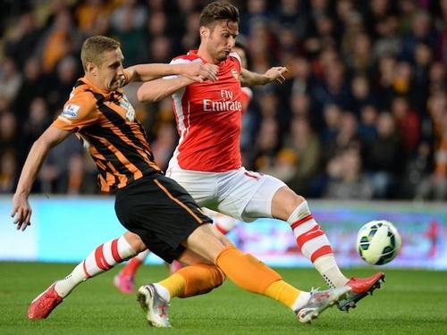 Arsenal (Giroud, phải) tấn công mạnh mẽ từ đầu trận