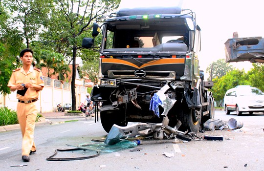 Chiếc xe đầu kéo gây ra vụ tai nạn vỡ nát phần đầu sau va chạm