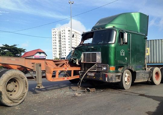Hiện trường vụ tai nạn giữa hai xe đầu kéo tại vòng xoay Mỹ Thủy
