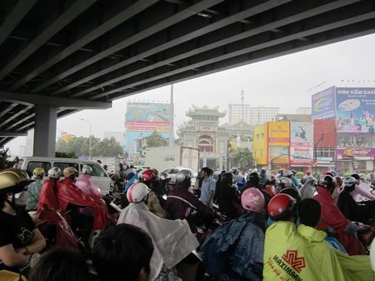 Đông nghẹt người chui vào gầm cầu vượt thép qua ngã tư Hàng Xanh để tránh cơn mưa lớn