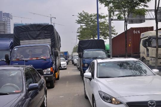 Xe ô tô bị ùn ứ nghiêm trọng trên các tuyến đường dẫn vào cảng Cát Lái
