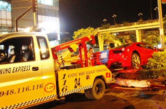 Xe cứu hộ được huy động di dời chiếc siêu xe khỏi hiện trường
