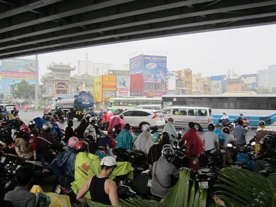 Số người đứng trú mưa ngày càng đông khiến giao thông qua nút giao thông này gặp ùn ứ và trở nên hỗn loạn