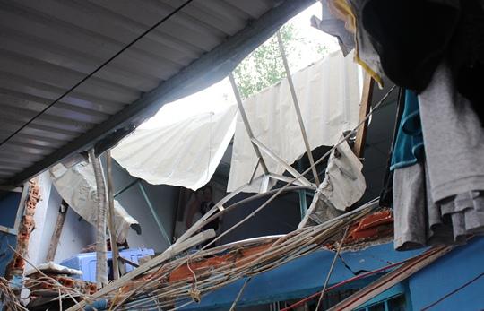 Mái nhà của căn phòng trọ nơi 2 mẹ con bên trong bị xé toạc sau khi bình nước rơi